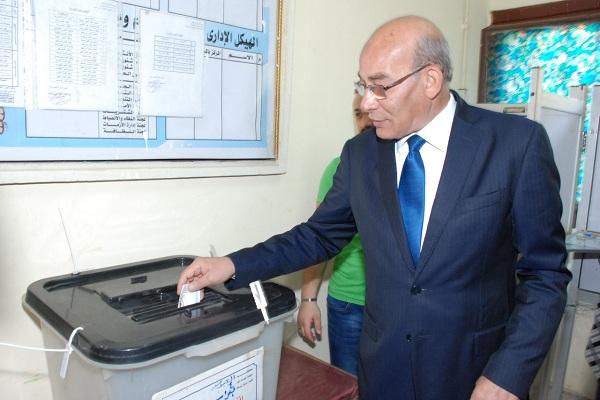 صورة بالصور ..وزير الزراعة يدلي بصوته في الانتخابات الرئاسية.. ويؤكد : المشاركة مهمة لاظهار الوجه الحضاري لمصر