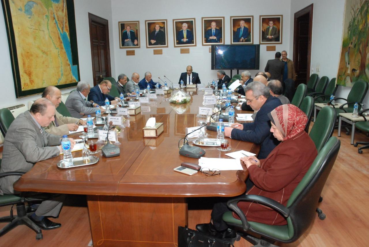 صورة اجتماع برئاية أبو ستيت لمناقشة استراتيجية تطوير الري الحقلي .. صور