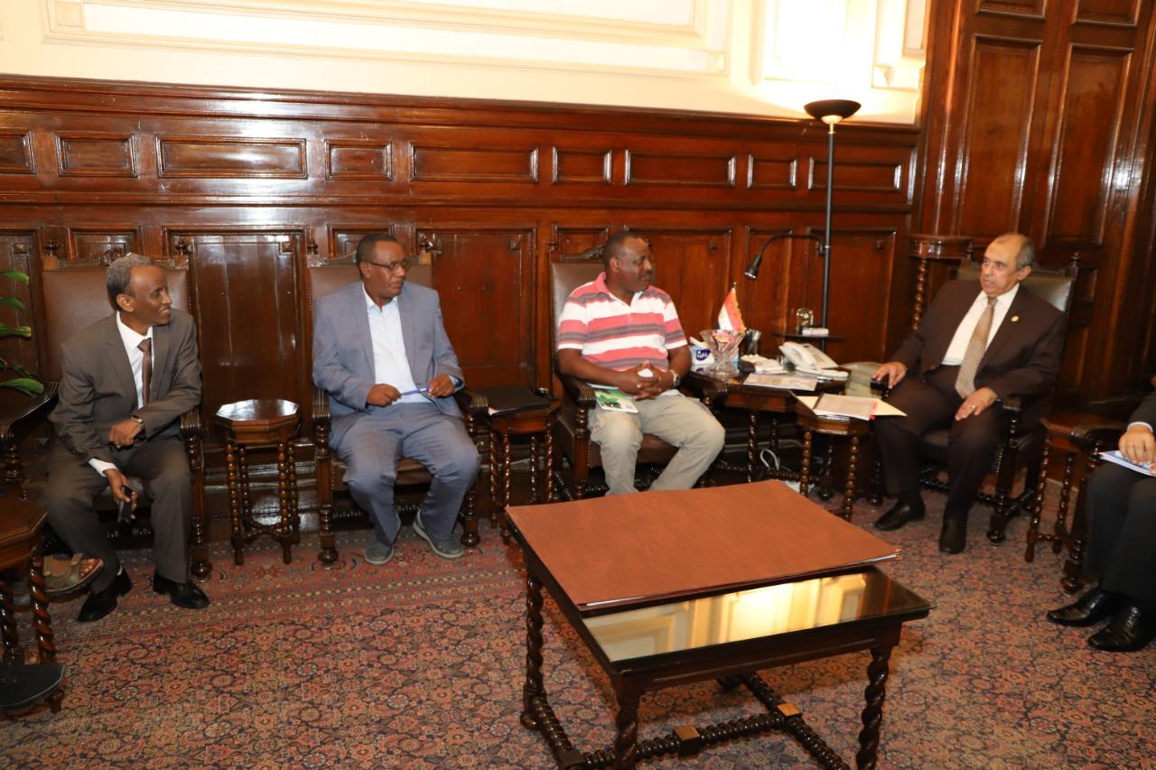 صورة وزير الزراعة يستقبل وفدا زراعيا إريتريا لبحث التعاون المشترك.. صور