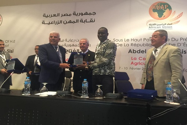 صورة بالصور .. الدكتور سيد خليفة يكرم  أعضاء باتحاد المهندسيين الزراعيين الأفارقة
